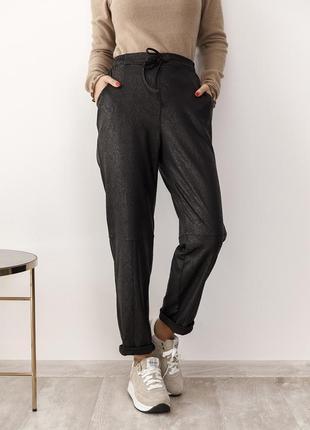 Черные брюки из практичного эластика с фактурой под кожу питона