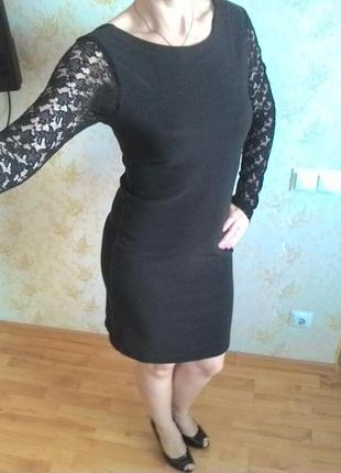Черное платье с гипюровыми рукавами