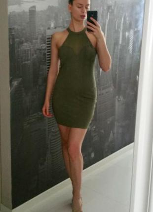 Стильное платье с воротником американка, вырезом сердечком и сеточкой на груди и спинке