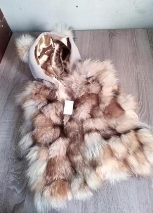 Меховая жилетка из лисы с ушками и капюшоном