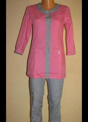 Яркий медицинский костюм женский с курткой на кнопках.