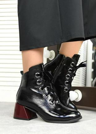 Женские ботильоны черные на низком каблуке натуральный лак lora 1-5