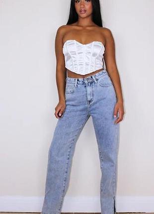 Удлиненные джинсы с разрезами внизу