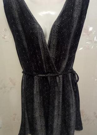 Короткое платье в змеиный принт, на лифе запах, пояс-завязка