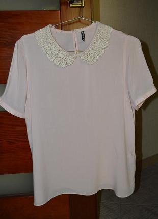 Невесомая блуза naf-naf c кружевным воротничком.