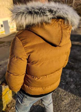 Теплая куртка горчичного цвета капюшон с мехом