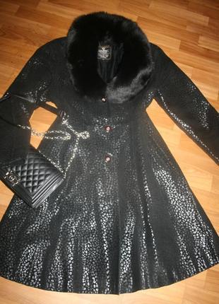 Французское пальто из перфорированной кожи с песцовым воротником