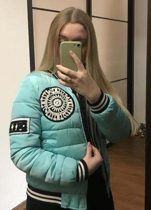М'ятна куртка вітровка
