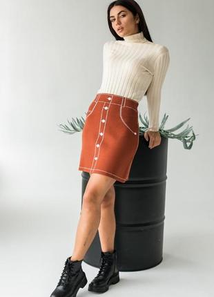 Трикотажная мини-юбка с нарисованными пуговицами и карманами
