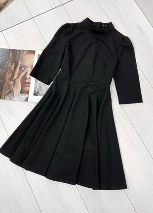 Чёрное платье с расклешенной юбкой