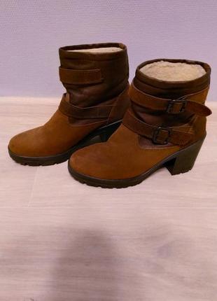 Коричневі стильні чобітки на низькому каблуку