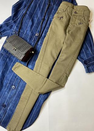 Новые крутые джинсы, цвет хаки ,зауженные к низу.