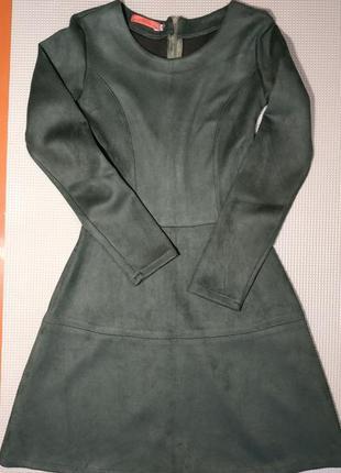 Женское замшевое платье оливкового цвета с длинным рукавом и пышной юбкой мини