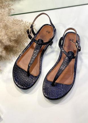 Черные сандалии, вьетнамки, босоножки на низком ходу под крокодиловую кожу 38-39 h&m