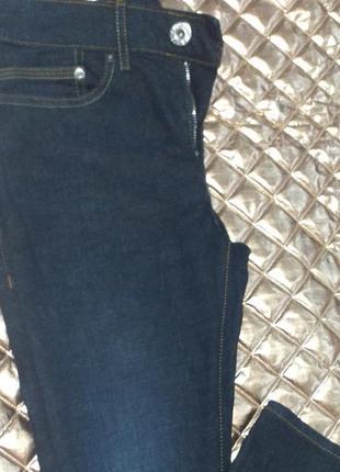 Узкие джинсы.