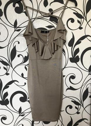 Шикарное платье с декольте и рюшами