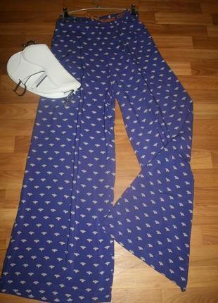 Яркие брюки-палаццо с модным принтом и поясом
