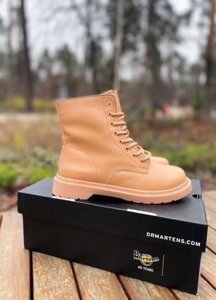 Купить зимние / теплые женские ботинки dr. martens 1460 beige / за подписку скидка