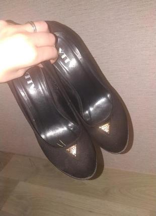 Черные туфли на масивном каблуке