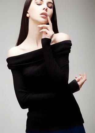 Чёрная удлиненная кофта с открытыми плечами