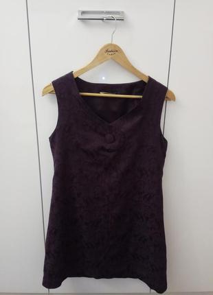 Платье-сарафан баклажанового цвета.