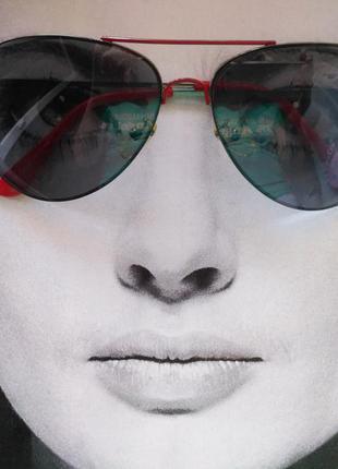 Очки с красной оправой