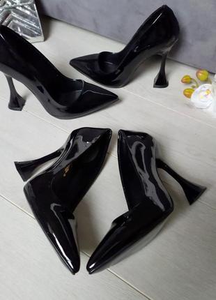 Чёрные туфли - лодочки в тренде на каблуке- рюмке