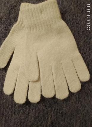 Нежно серые шерстяные перчатки.