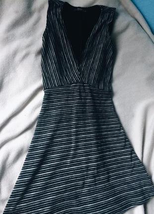 Бандажное платье с глубоким вырезом bershka