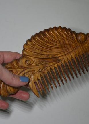 Деревянный резной гребень ручной работы.