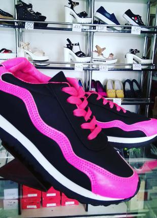 Модные черно-малиновые кроссовочки