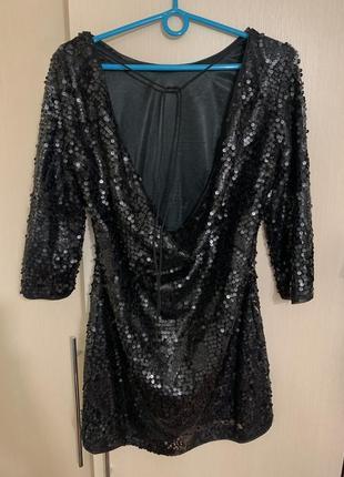 Мини платье в пайетках с большим вырезом на спине