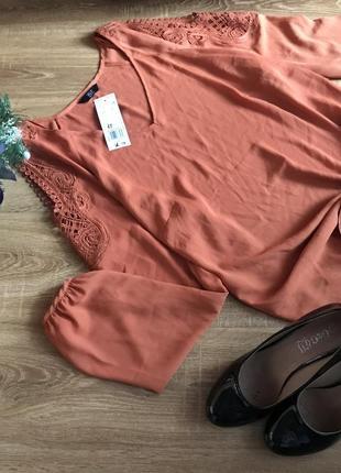 Блуза з ажурним плечем
