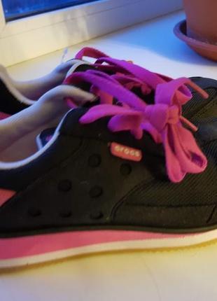 Легкие и яркие кроссовки crocs