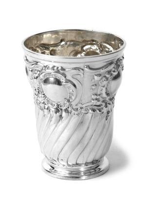 Шикарный серебряный стакан.