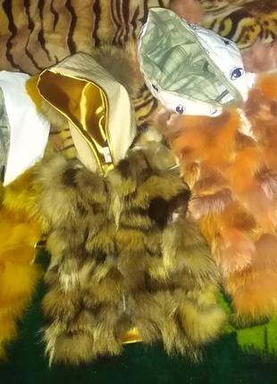 Меховая жилетка из лисы енота песца 80-134 с капюшоном и ушками