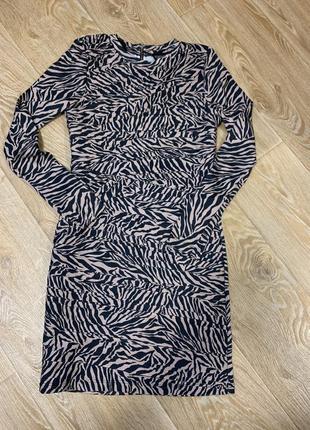 Шикарное красивое нарядное платье с замком на спине
