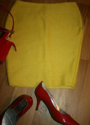 Оригинальная яркая юбка-миди с эффектом соломки