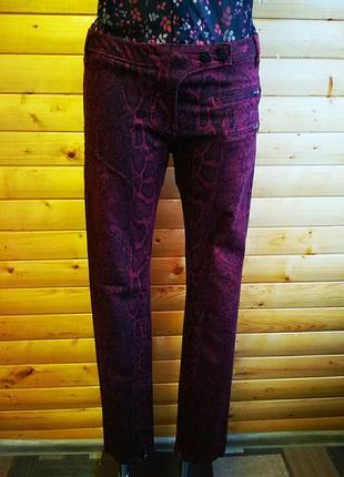 Оригинальные джинсы - skinny  голландского бренда maison scotch с ярким змеиным принтом.