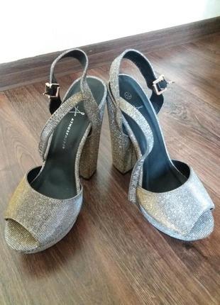 Босоножки на толстом каблуке