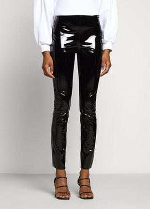 Эффектные  черные виниловые брюки облегающего кроя  шведской компании gina tricot.
