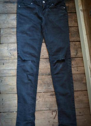 Джинсы с порезами zara черные брюки дырки на коленях