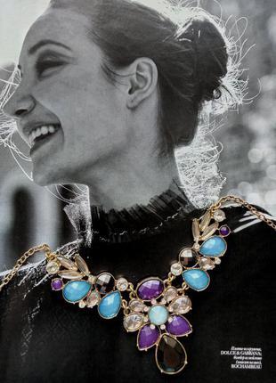 Золотое ожерелье с разноцветными камнями