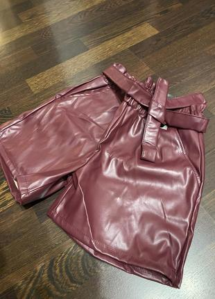 Бордовые шорты с поясом из эко кожи