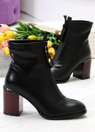 Модельные женственные черные ботинки ботильоны на удобном бордовом каблуке