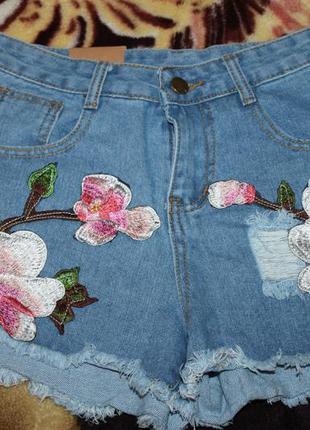 Модные джинсовые шорты с вышивкой (аппликацией). хит 2017