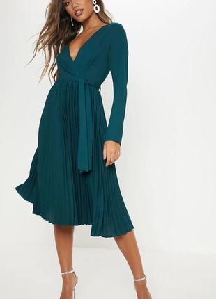 Изумрудное платье с плиссированной юбкой prettylittlething