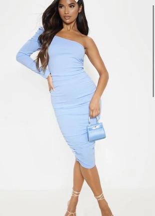 Голубое платье синий по фигуре миди до колен на одно плечо