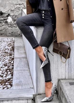 Серые джинсы zara