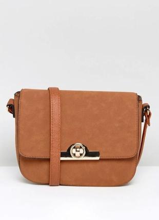 New look сумка седло с круглой золотой застежкой бежевая коричневая горчичная кросс боди